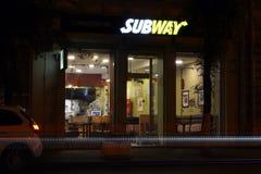 15 09 2017年,翼果,俄罗斯- café `地铁`在晚上 库存图片