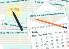 2019年, 2020在信封的报税表1040,笔和日历 4月17日的税天 日历和1040所得税形式sho 免版税库存图片