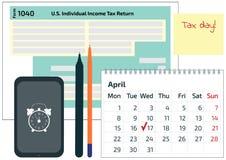 2019年, 2018报税表1040,手机、笔和日历 4月17日的税天 日历和1040所得税形式showi 库存照片