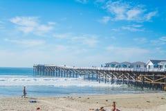 2016年:海滩的女孩在一个晴天 免版税库存图片