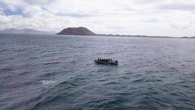 28 06 2018年:Corralejo费埃特文图拉岛:一条小船的潜水者对下潜站点 影视素材