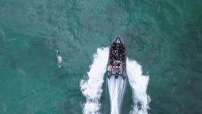 28 06 2018年:Corralejo费埃特文图拉岛:一条小船的潜水者对下潜站点 股票视频