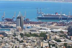 02 05 2016年 以色列、海法的市中心的全视图,与船和大厦的一个口岸 库存图片