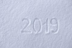 2019年 在雪的文字 新年好 美好的冷的晴朗的冬日 库存照片