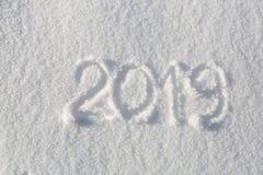 2019年 在雪的文字 新年好 美好的冷的晴朗的冬日 免版税图库摄影