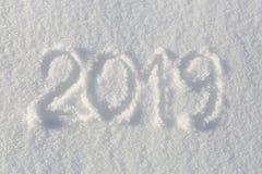 2019年 在雪的文字 新年好 美好的冷的晴朗的冬日 免版税库存图片