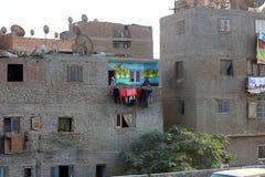 09 21 2015年 埃及,开罗,肮脏的未完成的房子 并且有亚麻布的一个明亮地被绘的阳台 免版税库存照片