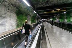17 08 2013年-惊人的艺术地铁, Huvudsta驻地,在岩石地铁的自动扶梯,斯德哥尔摩,瑞典内部  库存图片