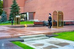 22 09 2018年 战士坟茔未知 莫斯科 在永恒火焰附近的仪仗队 免版税库存图片