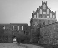 2017年 10 20托伦波兰,条顿人骑士在晚上防御在晚上被照亮的废墟,托伦历史建筑学, 库存照片