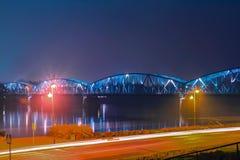 2017年 10 20托伦波兰,美丽的桥梁在托伦, Pilsudski桥梁夜视图在维斯瓦河的 库存图片