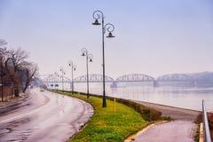 2017年 10 20托伦波兰,美丽的桥梁在托伦, Pilsudski桥梁看法在维斯瓦河的 免版税图库摄影