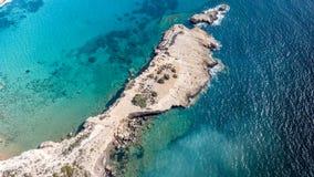 2017年9月:Fourni海滩, Rodos海岛,爱琴海,希腊鸟瞰图  免版税图库摄影