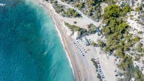 2017年9月:Fourni海滩, Rodos海岛,爱琴海,希腊鸟瞰图  免版税库存图片