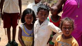 2016年4月 印度 比哈尔省 害怕的可怜的印地安村庄孩子 股票视频