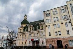 2017年12月-哈尔科夫,乌克兰:老大厦在宪法广场 免版税库存图片