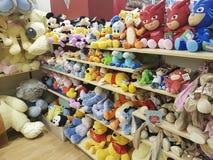 2017年2月11日与软的玩具的乌克兰架子在商店 库存图片