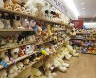2017年2月11日与软的玩具的婴孩蓬松童年乌克兰架子软性在商店 免版税库存照片