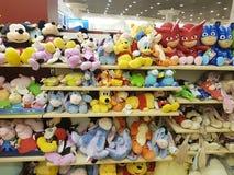 2017年2月11日乌克兰与软的玩具的架子软性在商店 免版税库存图片