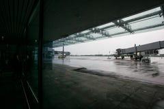 2014年5月15日乌克兰国际机场Borispol :航空器离开的一个新的终端  飞机准备为 库存照片
