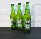 2017年2月11日乌克兰基辅饮料海涅肯在黑木的储藏啤酒 免版税库存照片