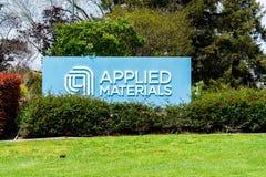 2019年4月11日圣塔克拉拉/加州/美国-应用材料公司路标在入口对公司的校园在硅谷, 免版税库存图片