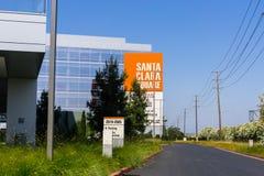 2018年7月31日圣塔克拉拉/沿Bayshore高速公路的加州/美国-新的圣塔克拉拉广场办公楼在硅谷, 库存照片