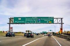 2019年3月31日圣拉斐尔/加州/美国-旅行在往奥克兰的高速公路,在北部旧金山湾区 库存照片