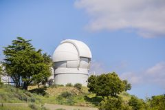 2017年5月7日圣荷西/CA/USA -自动化的行星发现者望远镜(APF)在Mt哈密尔顿,圣荷西,顶部旧金山湾区 库存照片