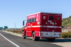 2019年3月19日圣迭戈/加州/美国-消防车停放在路一边 免版税库存图片