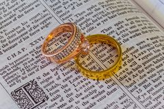 2016年11月04日在圣经的婚戒开放对婚姻圣经 库存照片