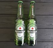 2017年2月11日在黑木的乌克兰基辅生气勃勃瓶冷的国际饮料海涅肯储藏啤酒 图库摄影