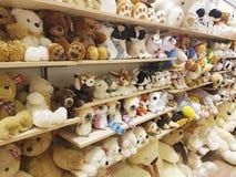 2017年2月11日婴孩fluffyUkraine与软的玩具的架子软性在商店 免版税库存照片
