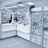 2016年5月2日布尔诺捷克 一家药房的内部与物品和陈列室的 医学和维生素健康的 商店概念, 免版税库存图片