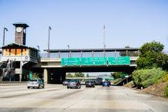 2018年6月9日帕萨迪纳/加州/美国-驾车在审阅城市和通过在地铁车站下的其中一条高速公路 免版税库存图片