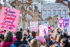 2018年1月20日旧金山/加州/美国-在妇女` s 3月的各种各样的被上升的标志召集 免版税库存照片