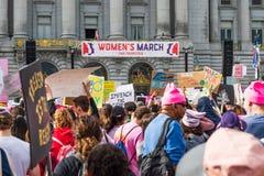 2019年1月19日旧金山/加州/美国-妇女的3月事件举行标志的参加者与各种各样的消息 免版税库存照片