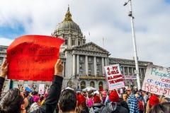 2019年1月19日旧金山/加州/美国-妇女的3月事件举行标志的参加者与各种各样的消息 库存图片