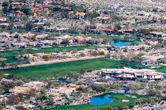 2019年3月17日棕榈沙漠/加州/美国-大垫铁手段和高尔夫俱乐部鸟瞰图在Coachella谷 免版税库存照片