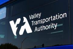 2018年7月31日森尼韦尔/加州/美国-关闭VTA (圣塔克拉拉谷运输当局)商标显示了在他们的一辆公共汽车 免版税图库摄影