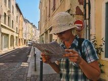 2017年7月18日法国市Cluny,伯根地的区域:人游人沿cen的老狭窄的街道走 库存图片
