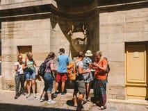 2017年7月18日法国市Cluny,伯根地的区域:人游人沿cen的老狭窄的街道走 免版税库存照片