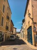 2017年7月18日法国市Cluny,伯根地的区域:城市的中央部分的老狭窄的街道在热,晴朗的夏天 免版税库存图片