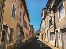 2017年7月18日法国市Cluny,伯根地的区域:城市的中央部分的老狭窄的街道在热,晴朗的夏天 库存图片
