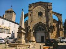 2017年7月18日法国市Cluny,伯根地的区域:城市的中央部分的老狭窄的街道在热,晴朗的夏天 库存照片