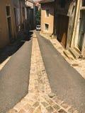 2017年7月18日法国市Cluny,伯根地的区域:城市的中央部分的老狭窄的街道在热,晴朗的夏天 免版税库存照片