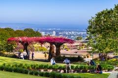 2018年6月8日洛杉矶/加州/美国-参观罗伯特艾文的中央庭院的人们在格迪中心;圣莫尼卡和 库存照片