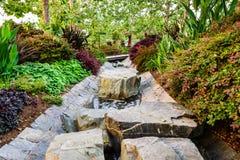 2018年6月8日洛杉矶/加州/美国-围拢水小河的豪华的植被流经罗伯特艾文\'s中央庭院在 免版税图库摄影