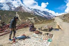 2018年4月5日的两份尼泊尔出售地方纪念品在mounta 免版税图库摄影