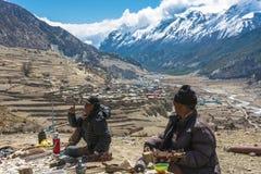 2018年4月5日的两份尼泊尔出售地方纪念品在mounta 库存照片